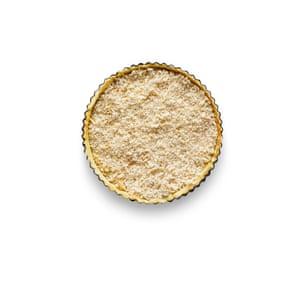 Felicity Cloake Masterclass: Tarta de melaza. 6 Cepille la masa con la mezcla de huevo, llénela con pan rallado y luego cúbrala con la mezcla de jarabe.