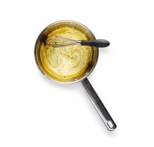Felicity Cloake Masterclass: Tarta de melaza. 5 Agregue la crema, retire del fuego, luego agregue el huevo, la yema de huevo, el jugo de limón y una pizca de sal.