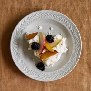 Pavlova de James Rich con crema de manzana y vainilla.