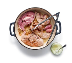 Felicity Cloake Perfect Scouse 01: 1 Dore la carne, idealmente con gotas de carne de res, luego retírela antes de freír las cebollas picadas y las papas en cubos.