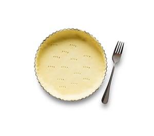 Felicity Cloake Masterclass: Tarta de melaza. 3 Forre un molde para tarta con 23 cm de masa para tarta, pare, pinche el fondo con un tenedor, rellene con frijoles secos y cocine a ciegas durante 15 minutos.