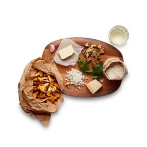 Prepare todo y prepárese antes de comenzar a cocinar: pique la cebolla y limpie los champiñones frescos.