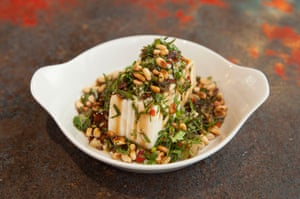 Tofu sedoso marinado, verduras en conserva, cilantro, piñones en My Neighbours the Dumplings, Victoria Park, Londres.