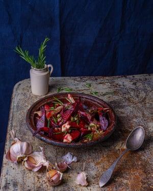 Una preparación pasada de moda: remolacha y salsa de alcaparras.