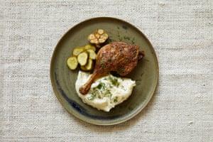 El plato principal de Ren Behan es esta pierna de pato asado con crema agria y puré de papas.
