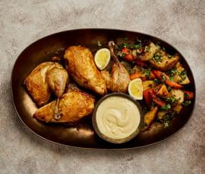 Pollo asado escalfado con ajo, batido por Yotam Ottolenghi.