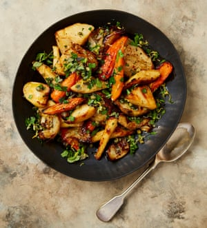 Respuesta: Yotam Ottolenghi revisita sus verduras asadas con alcaparras gremolata.