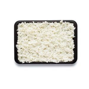 Felicity Cloake Nasi Goreng 01. Cocine el arroz en agua hirviendo, escúrralo, extiéndalo en una bandeja para hornear para que se enfríe, luego refrigere.