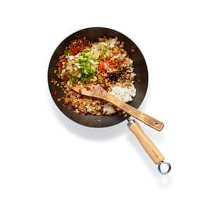 Felicity Cloake Nasi Goreng 05. Agregue la masa, luego el arroz, rompiéndolos como lo hace. Agregue soya, cebolla y chile, y saltee.