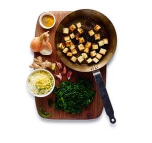 Felicity Cloake Saag Paneer 05. 5 Antes de comenzar a cocinar, córtelo en trozos y prepárelo, luego fríe el paneer hasta que esté crujiente y dorado.
