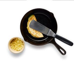 Una vez que la tortilla esté dorada, dóblala para encerrar el relleno y presiona para sellar.
