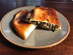 """Quesadilla de Kenji Lopez Alt: queso suizo, espinacas y frijoles negros: """"La teoría de la unidad cósmica de las quesadillas""""."""