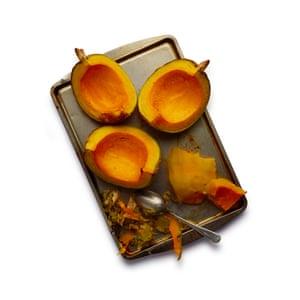 Felicity Cloake Pumpkin Pie 03: 1 Asa la calabaza durante media hora, hasta que esté tierna, luego pélala y hazla puré. Deja que gotee mientras haces la masa.