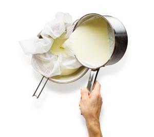 Saag Paneer 01 V2. Caliente la leche, agregue el jugo de limón y espere hasta que se separe, luego viértalo a través de la muselina para recoger la cuajada.