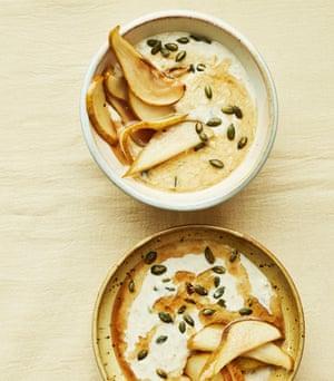 Peras y gachas de avena con jarabe de arce de Anna Jones.