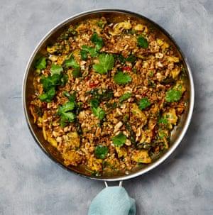 Pollo al curry con avena y crumble de maní.