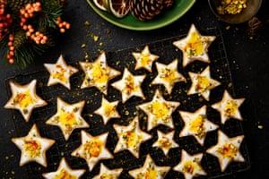 Estrellas de arena naranja y azafrán de Yotam Ottolenghi.