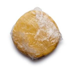 Felicity Cloake corta las empanadas 4. Agregue los huevos y el agua de azahar, junte en una masa, envuelva y deje enfriar durante media hora