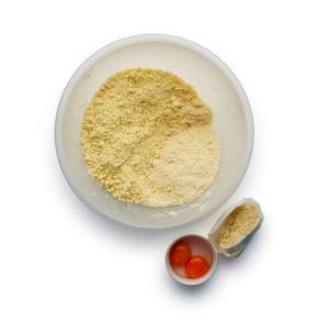 Felicity Cloake Chop Pies 3. 5 Comience con la masa: tamice la harina, el polvo de almendras, el azúcar y la mantequilla, luego frote hasta que el pan se desmenuce.
