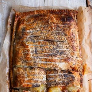Tarta de manzana, carne picada y mermelada.