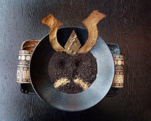 Ivy Asia chocolate molido con cuernos de galleta Samurai