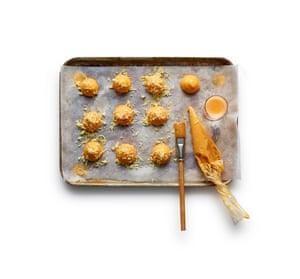 Coloque la mezcla de masa con una cuchara o con bolas de masa sobre las bandejas forradas para hornear, cepille con el huevo y hornee por 20 minutos.