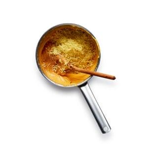 Retirar del fuego, batir los huevos poco a poco, luego agregar la mayor parte del queso, nuez moscada y mostaza en polvo.