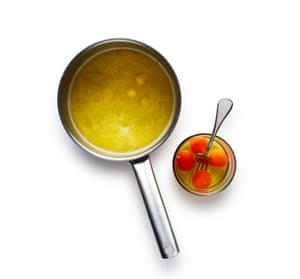 Derrita la mantequilla en el agua con un poco de sal, luego retírela del fuego. Batir los huevos en otro tazón.