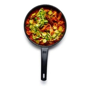 Felicity Cloake Turkey Curry 06. Agregue las sobras de carne de pavo, cubra y deje calentar antes de agregar brotes.