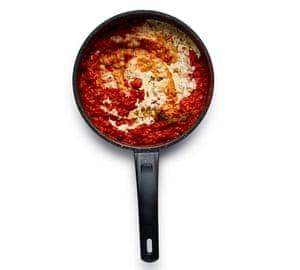 Felicity Cloake Turkey Curry 04. Agregue el tomate, picado y puré, cocine por 20 minutos, luego agregue el garam masala y la crema.