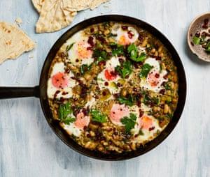 Huevos estofados de Yotam Ottolenghi con puerros, canelones y lima iraní