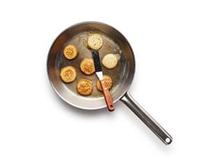 Fríe cucharadas de masa de blini en mantequilla hasta que se doren por ambos lados, luego agregue la cobertura de su elección y coma caliente