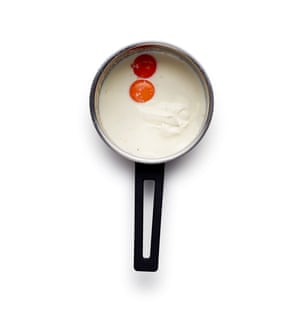 Hervir la leche antes de batir la levadura y las yemas de huevo.