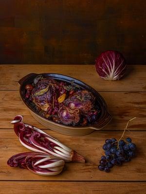 Agridulce y digno del entorno: achicoria tostada entera, uvas y castañas.