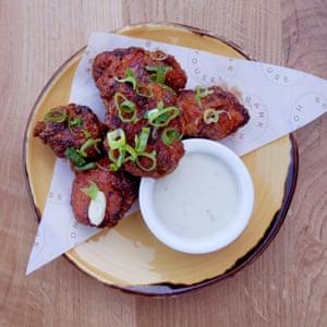 """""""Pollo de suero de leche en una crujiente masa de tempura y cubierto con salsa de barbacoa, queso azul y cebolla"""" en Bank House, Chislehurst, Kent."""