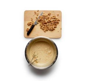 Felicity Cloake Choco Brownie 03. 2 Batir los huevos y el azúcar hasta que estén espumosos y triplicados. Cortar las nueces en trozos grandes.