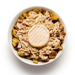 Felicity Cloake Tartiflette 06. Frote un plato con ajo, agregue la mitad de las papas, la mitad de la salsa de crema y la mitad del queso, luego repita las capas.