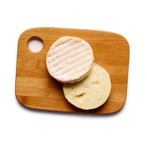 Felicity Cloake Tartiflette 05. Corta el queso por la mitad horizontalmente para crear dos discos.