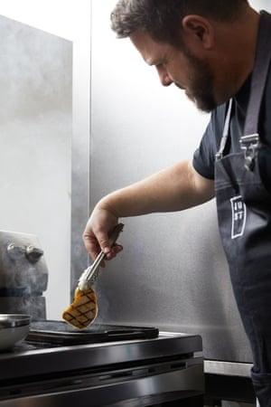 just inc chef nate asa un pollo a la cultura en sus oficinas en san francisco