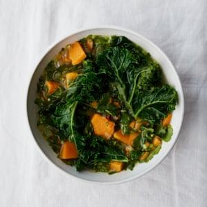 Sopa de camote y cilantro de Anna Jones con verduras de invierno y limón.
