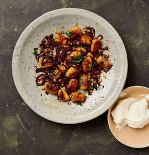 Ñoquis de Yotam Ottolenghi con cebollas de zumaque y piñones en mantequilla marrón.