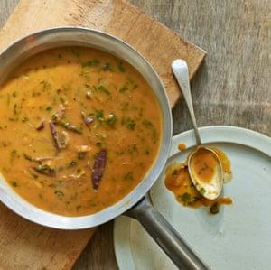 La salsa de mostaza y cerveza Anna Jones está hecha para sofocar la calabaza y el sapo con semillas de amapola en el hoyo.