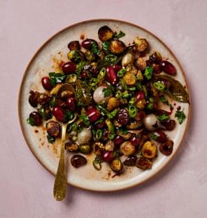 Coles de Bruselas, castañas y uvas de Yotam Ottolenghi.