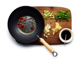 Ensamble sus verduras y especias en rodajas, prepare su salsa y comience friendo el chile y los granos de pimienta.