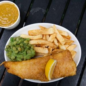 Pescado, guisantes, una rodaja de limón, una agradable salsa de curry de naranja en Angel Lane Chippie.