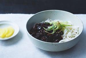 Fideos de frijol negro (jajang-myeon) de Jordan Bourke y Rejina Pyo.