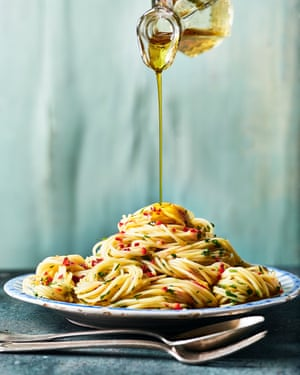 Spaghetti de Marcella Hazan, salsa de ajo y aceite de oliva, estilo romano (aio e oio).