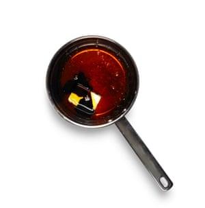 Felicity Cloake Masterclass: Tarta de melaza. 4 Mientras tanto, derrita suavemente la mantequilla, el jarabe dorado y la melaza.