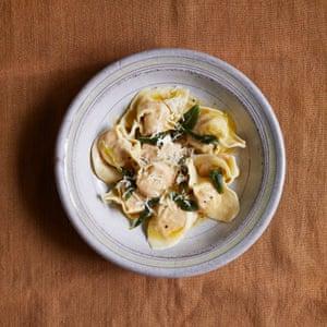 Granny Pasta Platos de pasta fresca hechos a mano Vanda Food Calabaza Cappellacci: Beatrice Ferrante. Accesorios: Louie Waller.