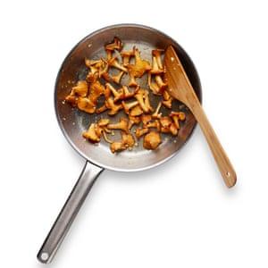 Cocine los champiñones frescos, ponga el risotto en un plato y agregue los champiñones, el perejil y más queso.
